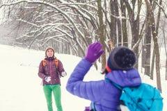 Boules de neige de jeu d'amis Photo stock