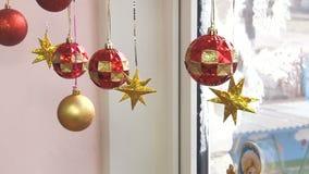 Boules de Noël, étoiles accrochant dans la fenêtre banque de vidéos