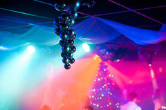 Boules de Noël accrochant dans le club avec les lumières colorées lumineuses et le fond brouillé Images libres de droits