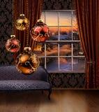 Boules de Noël accrochant, fenêtre de vue de rue d'hiver Images libres de droits