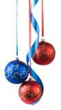 Boules de Noël accrochant sur des rubans Photo stock