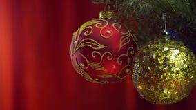 Boules de Noël au-dessus de fond rouge lumineux clips vidéos