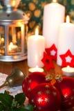 Boules de Noël avec la lanterne et les bougies Photo stock