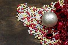 Boules de Noël avec le fond en bois de boules colorées Images libres de droits