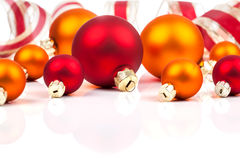 Boules de Noël avec le ruban Photographie stock