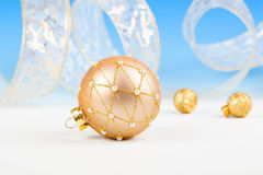 Boules de Noël avec le ruban sur la neige Images libres de droits