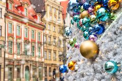 Boules de Noël avec de vieux bâtiments reflétés de ville sur la place du marché de Wroclaw photographie stock