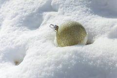 boules de Noël blanc sur le fond argenté Photos stock