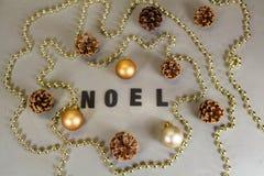 Boules de Noël, cône de pin et tresse de perles Photos stock