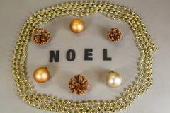 Boules de Noël, cône de pin et tresse de perles Photographie stock libre de droits