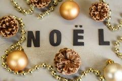 Boules de Noël, cônes de pin et tresse de perles Image libre de droits