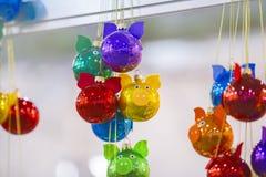 Boules de Noël de couleur sous forme de porc pendant la nouvelle année 2019 Décoration d'arbre de Noël photos libres de droits