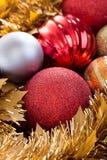 Boules de Noël décoratives à l'arrière-plan de vacances de Noël Photos stock