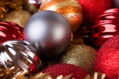 Boules de Noël décoratives pour le fond de vacances de Noël Images libres de droits