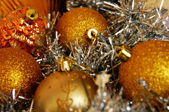 Boules de Noël d'or avec de l'argent Photographie stock