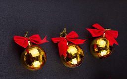 Boules de Noël d'or avec les rubans rouges Photographie stock