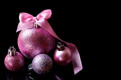 Boules de Noël d'isolement sur le fond noir, l'espace libre Image stock