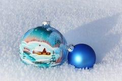 Boules de Noël dans la neige Photographie stock libre de droits