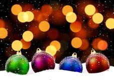 Boules de Noël dans la neige sur un bokeh de fond illustration de vecteur