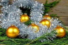 Boules de Noël dans un de couleur or Photos stock
