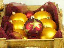 Boules de Noël dans une boîte en bois Images libres de droits
