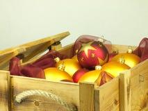 Boules de Noël dans une boîte en bois Photographie stock libre de droits