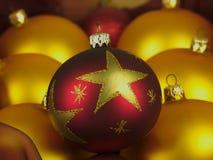 Boules de Noël dans une boîte en bois Photographie stock