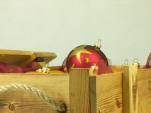 Boules de Noël dans une boîte en bois Photos stock