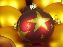 Boules de Noël dans une boîte en bois Images stock