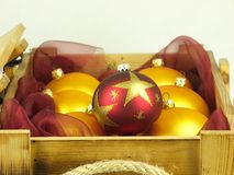 Boules de Noël dans une boîte en bois Photos libres de droits