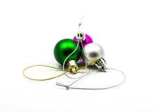 Boules de Noël de couleur d'isolement sur le fond blanc photographie stock libre de droits