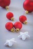 Boules de Noël et étoiles rouges de blanc Photographie stock libre de droits