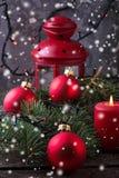 Boules de Noël et branche rouges de sapin Photo libre de droits