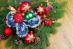 Boules de Noël et branches de sapin Photographie stock libre de droits