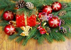 Boules de Noël et branches de sapin Images libres de droits