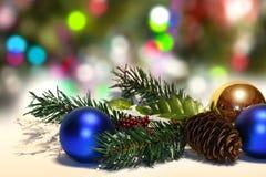 Boules de Noël et branches de sapin avec des décorations sur le fond abstrait, brouillé, étincellement, rougeoyant Images libres de droits