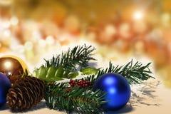Boules de Noël et branches de sapin avec des décorations sur le fond abstrait, brouillé, étincellement, rougeoyant Photos libres de droits