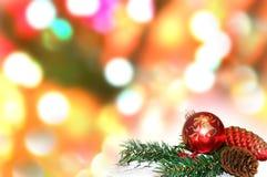 Boules de Noël et branches de sapin avec des décorations sur le fond abstrait, brouillé, étincellement, rougeoyant Image stock