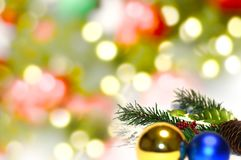 Boules de Noël et branches de sapin avec des décorations sur le fond abstrait, brouillé, étincellement, rougeoyant Photo libre de droits
