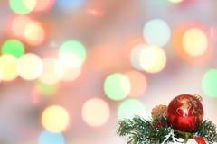 Boules de Noël et branches de sapin avec des décorations sur le fond abstrait, brouillé, étincellement, rougeoyant Thème de Noël Images libres de droits