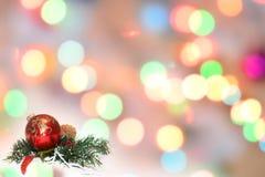 Boules de Noël et branches de sapin avec des décorations sur le fond abstrait, brouillé, étincellement, rougeoyant Thème de Noël Photo libre de droits