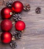 Boules de Noël et cônes rouges de pin Image libre de droits