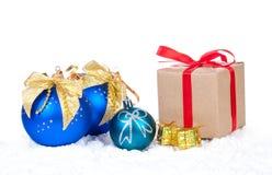 Boules de Noël et cadeau de Noël Photographie stock