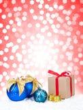 Boules de Noël et cadeau de Noël Photographie stock libre de droits