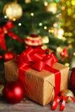 Boules de Noël et cadeau de Noël sur le fond en bois Photographie stock