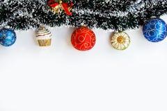 Boules de Noël et cadre de guirlande Photographie stock