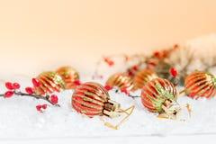 Boules de Noël et de nouvelle année sur le fond clair Photographie stock libre de droits