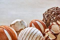 Boules de Noël faites de matériaux naturels sur la table photo libre de droits