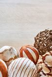 Boules de Noël faites de matériaux naturels sur la table image stock