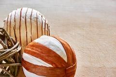 Boules de Noël faites de matériaux naturels sur la table images libres de droits